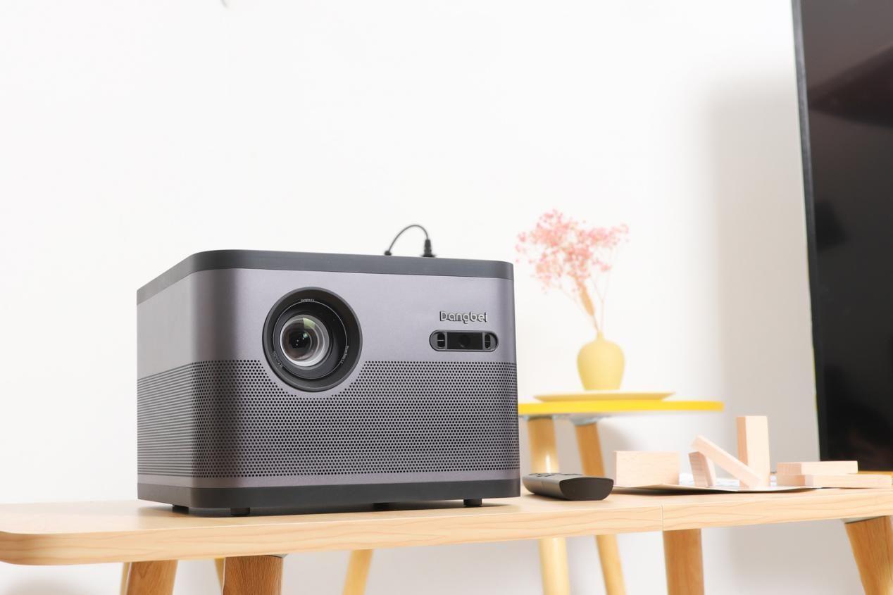 家用投影仪好还是电视机好?卧室投影仪如何选购?当贝F3如何?