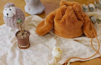 舊毛毯改造成時髦兔子水桶包