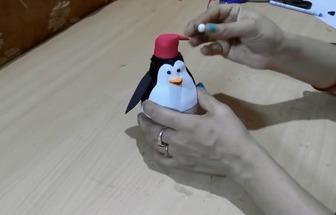 废旧灯泡做不倒翁企鹅玩偶