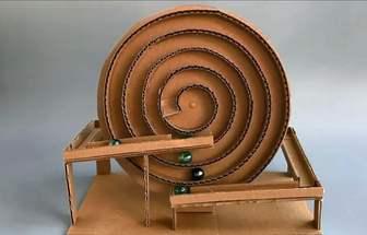 用紙板做個自循環彈珠摩天輪