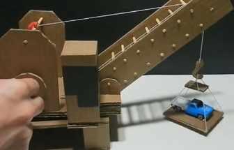 手工達人制作紙板起重機