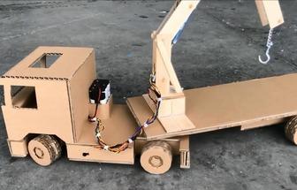 用紙板制作的電動玩具起重機
