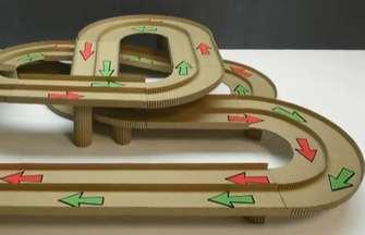 用纸板制成多款魔术车赛道