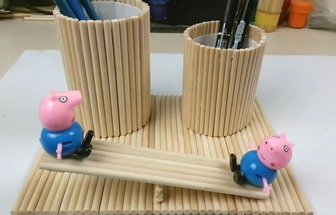 一次性筷子DIY小豬蹺蹺板筆筒