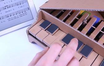 用紙板給孩子做玩具會響鋼琴