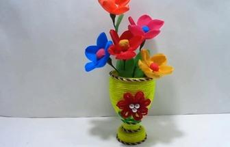 用廢舊塑料瓶和羊毛線DIY漂亮的切花花瓶