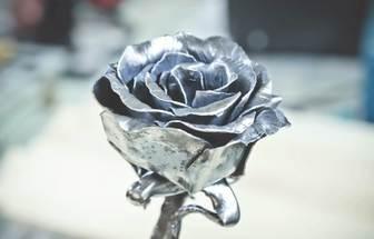 用舊鐵皮打造出最美的玫瑰