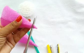 用塑料瓶和彩色棉制作好看的馬蹄蓮鮮花