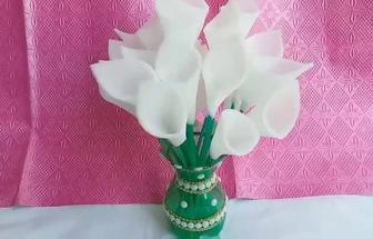用塑料瓶和薄海綿制作馬蹄蓮盆栽