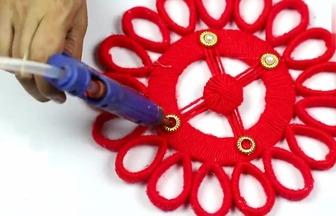 用廢紙板和毛線做大紅色喜慶裝飾