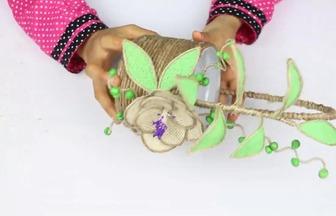 使用塑料桶改造一個漂亮的帶提手花籃