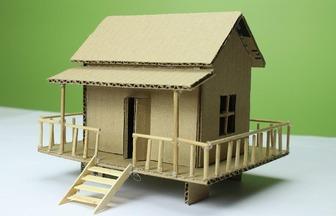 用廢舊紙板和木棍給娃娃蓋房子