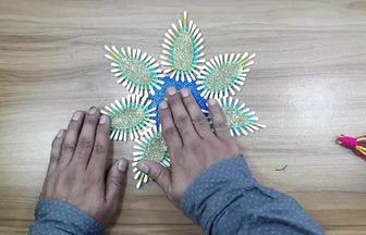 用彩紙和棉簽棒DIY墻壁飾物
