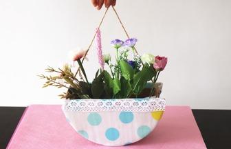 舊紙板不要扔,加塊布就能制作出一個漂亮的花籃