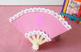 幾根冰棒棍和一張彩色紙,做出一把漂亮的扇子