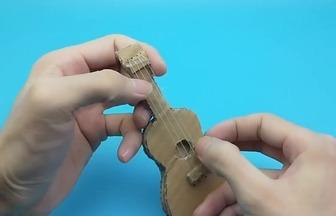 利用廢紙箱DIY迷你小吉他